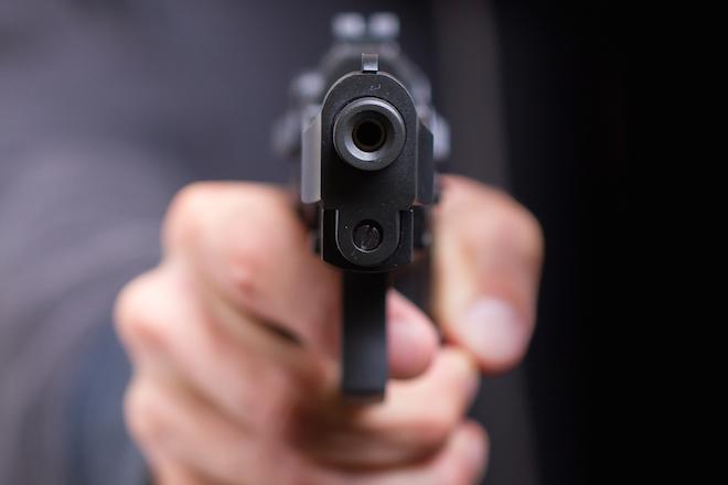 Resultado de imagem para imagem de pistola disparando a noite